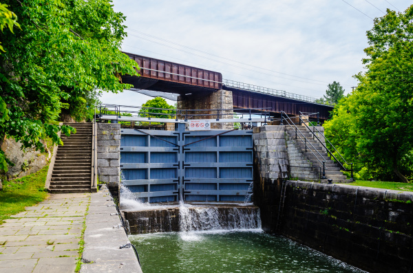 einsperrung des kanals mit einer eisenbahnbruecke