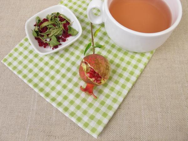 eine tasse granatapfel fruchttee