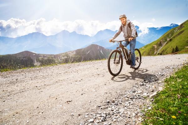 mann mit elektro mountainbike