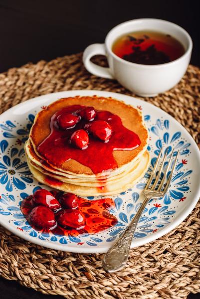 stapel pfannkuchen mit dogberry marmelade