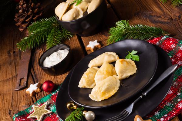 polnische weihnachtspierogi mit sauerkraut und pilzen