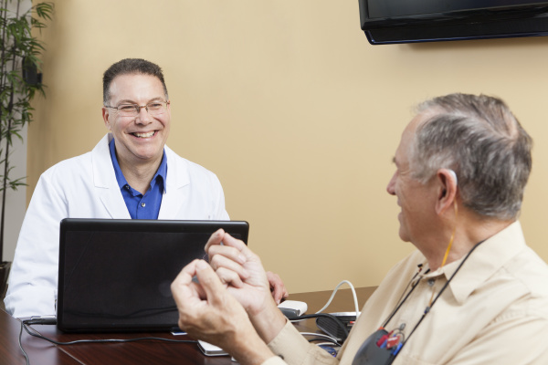 patient gibt feedback an einen hoergeraeteakustiker