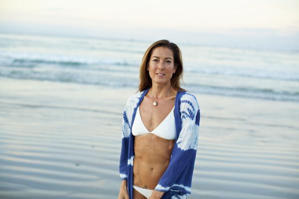 portraet zuversichtliche frau im bikini am