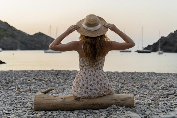 junge frau geniesst strand bei sonnenuntergang