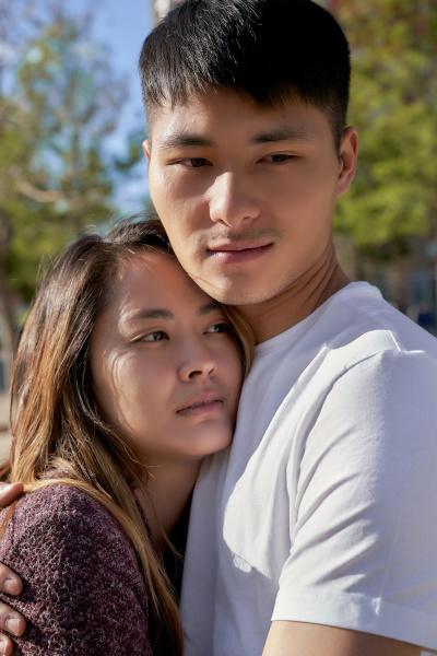 glueckliches junges paar umarmt im freien