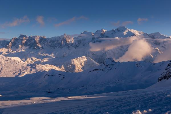 die untergehende sonne erhellt das alpenpanorama