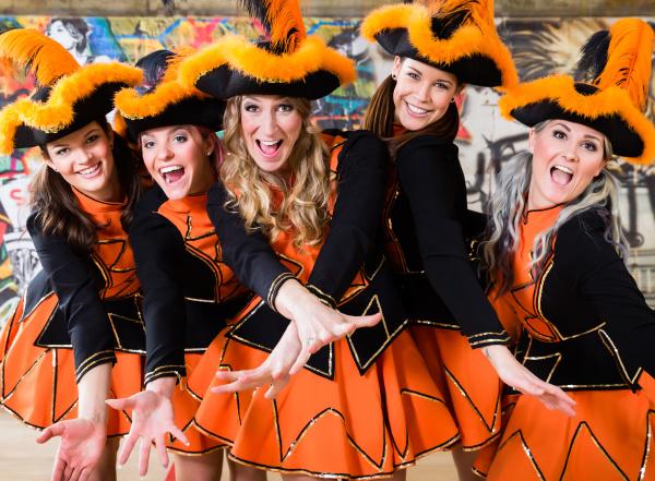 deutsche folkloregruppe tanzt am rosenmontag im