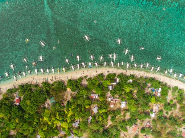luftaufnahme von strand gebaeuden filipino boote