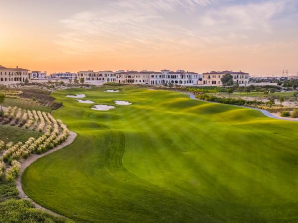 luftaufnahme des gruenen golfclubs auf einem