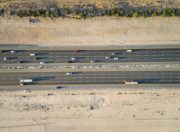 luftaufnahme der autobahn in der wueste
