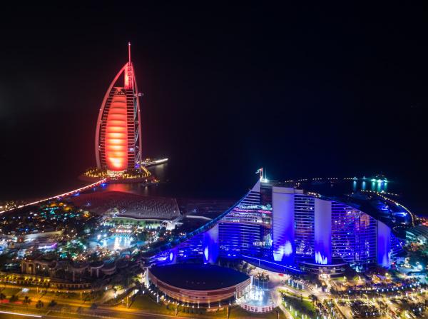luftaufnahme des luxurioesen burj al arab