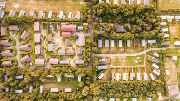 luftaufnahme eines campingplatzes in den niederlanden