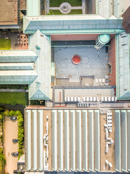 luftaufnahme eines kunsthofes im stadtzentrum von
