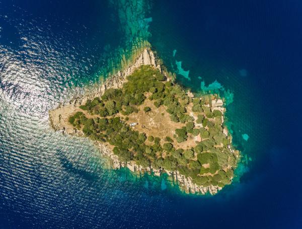 luftaufnahme der isolierten insel nikolaos griechenland