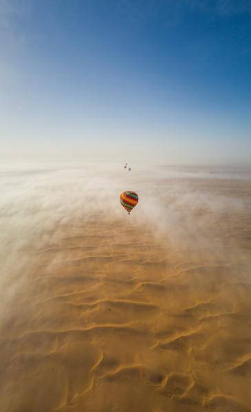 luftaufnahme einer gruppe von heissluftballonfluegen in