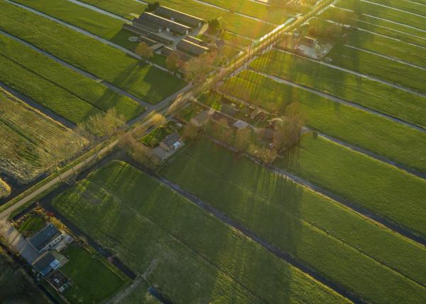 luftaufnahme von landwirtschaftlichen flaechen mit kanal