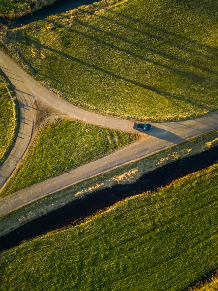 luftaufnahme eines autos auf dem land