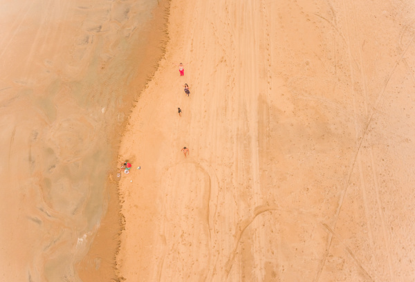 luftaufnahme von menschen die am sandstrand