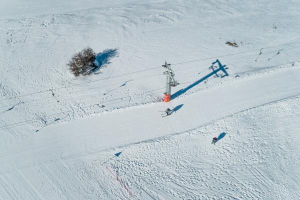 luftaufnahme von menschen beim skifahren auf