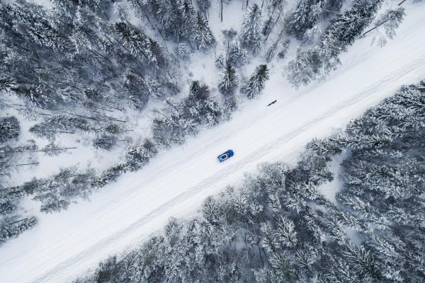 luftaufnahme eines autos das im verschneiten