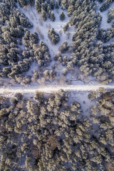 luftaufnahme einer mit schnee bedeckten strasse