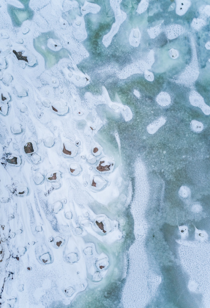 abstrakte luftaufnahme des gefrorenen felsigen meeres