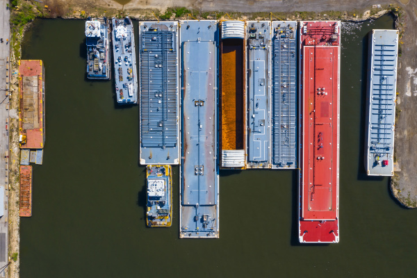 luftaufnahme von frachtschiffen in einem frachthafen