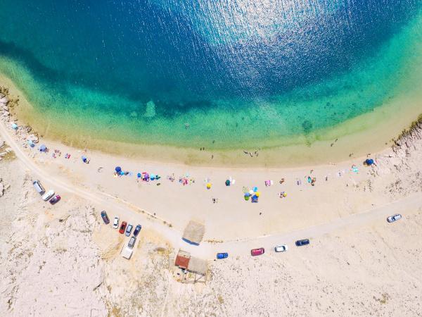 luftaufnahme von menschen die am strand