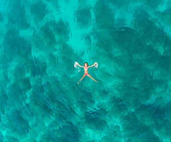 luftaufnahme von jungen maedchen schwimmen im
