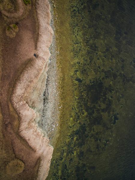 abstrakte luftaufnahme des felsigen strandes
