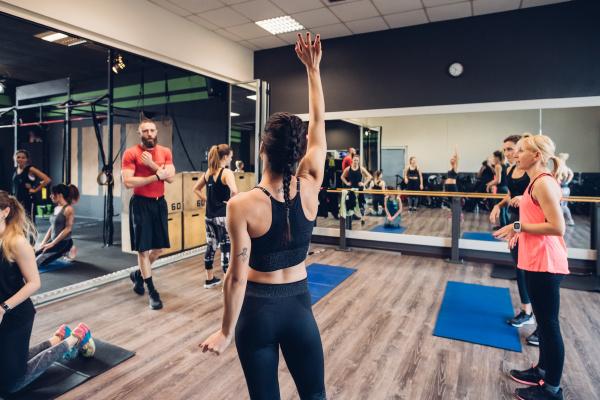 gruppe von frauen training in fitness