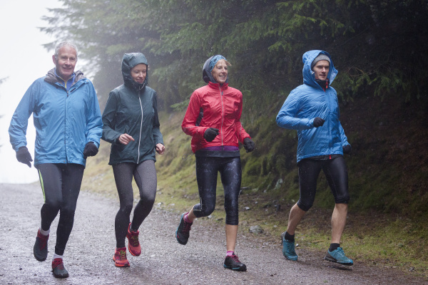 familie joggen im regen