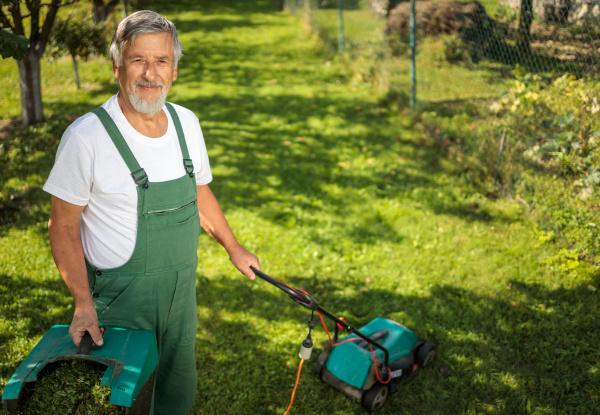 senior gaertner gaertner in seinem permakulturgarten