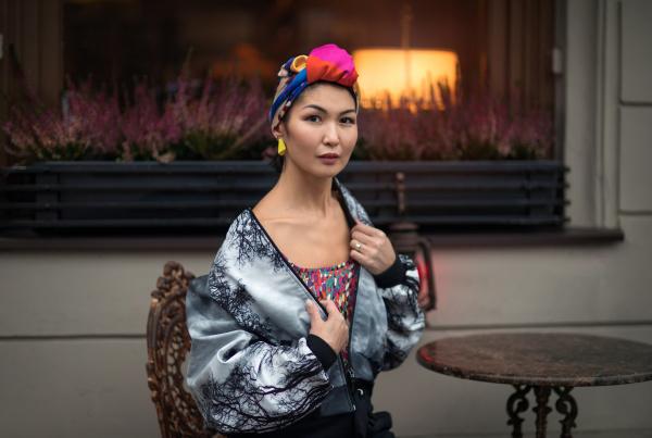 ein maedchen orientalischer nationalitaet mit einem