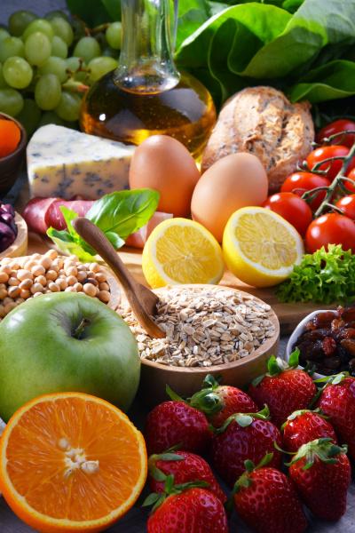 verschiedene bio lebensmittel auf dem tisch