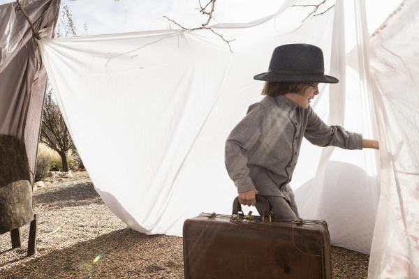 sechsjaehriger junge spielt in einem zelt