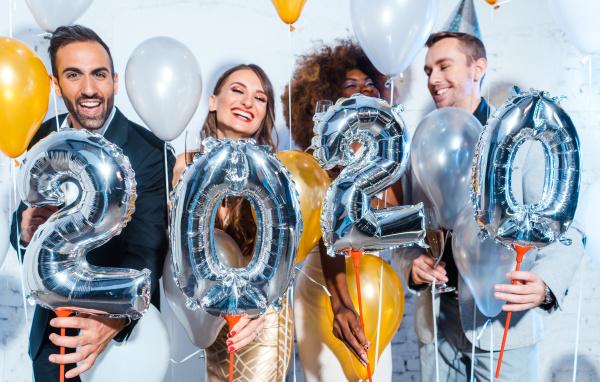 partyvolk frauen und maenner feiern silvester