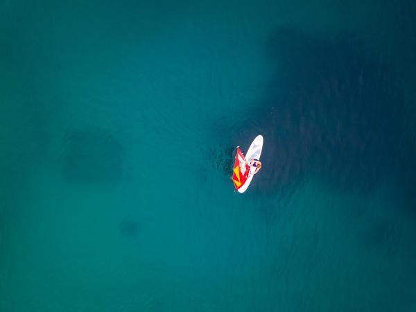luftaufnahme des mannes der kitesurfen auf