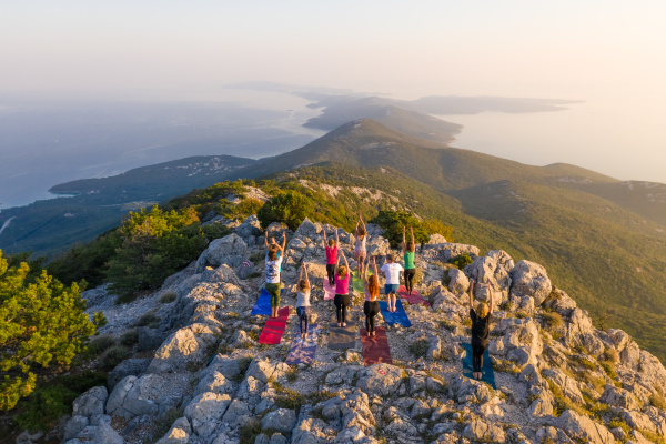 luftaufnahme der gruppe die yoga auf