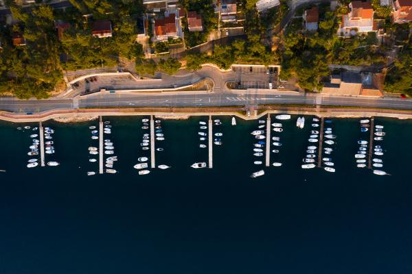luftaufnahme von booten die am yachthafen