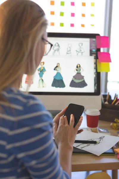 rueckansicht der jungen kaukasisch blonden modedesignerin