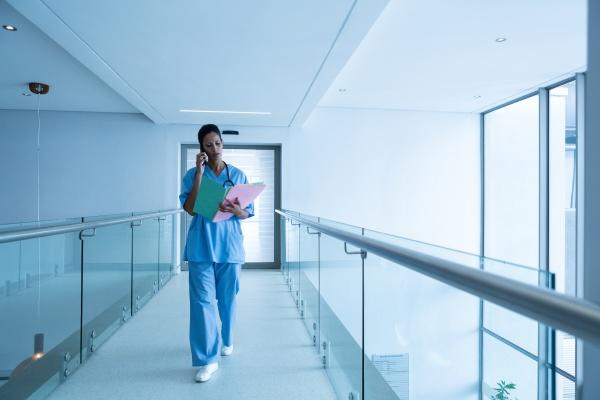 weibliche chirurgin die medizinische berichte anschaut
