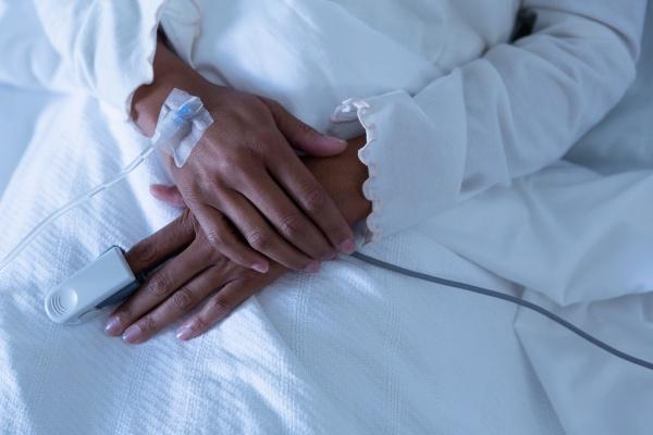 patientin liegt auf dem bett des
