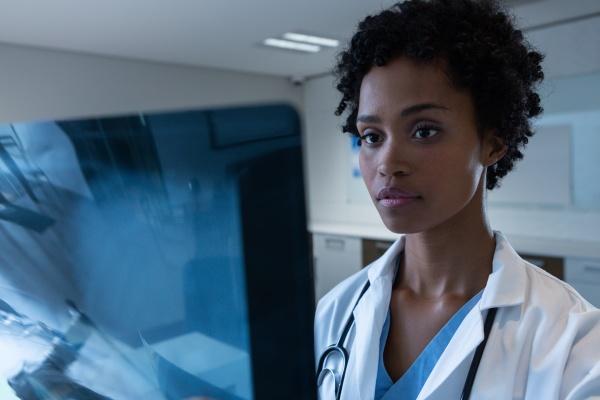AErztin untersucht roentgen im krankenhaus