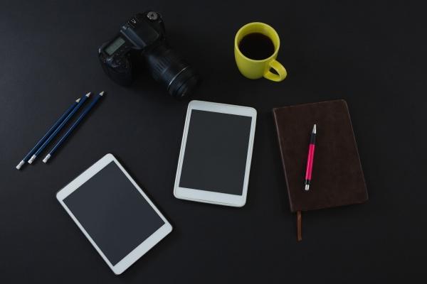 digitales tablet schwarzer kaffee kamera veranstalter