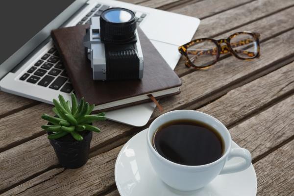 schwarzer kaffee kamera topfpflanze brille veranstalter
