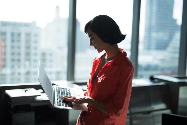 weibliche fuehrungskraft mit laptop