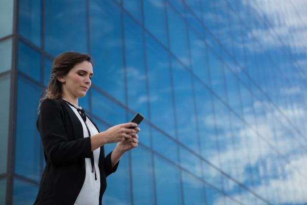 weibliche fuehrungskraft mit mobiltelefon