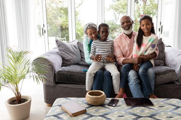 mehrgenerationenfamilie entspannt sich gemeinsam auf einem