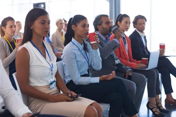 geschaeftsleute die an einem business seminar